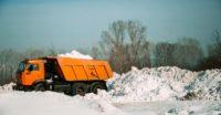 КАМАЗЫ вываливают снег за Степановкой в Ромашку